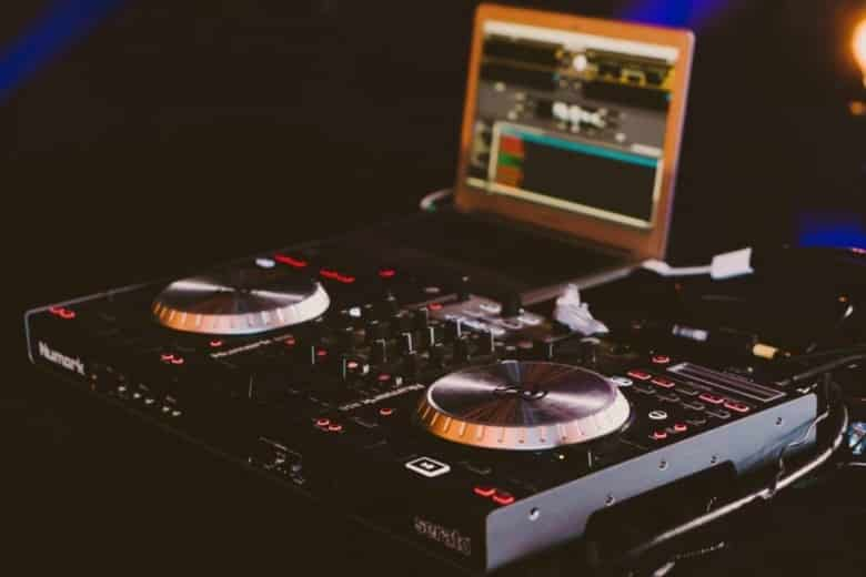 8 Best DJ Controller for beginners under $500 (2020)